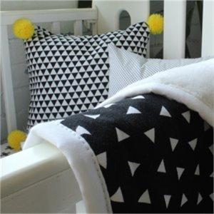 coussin pompons jaunes. Black Bedroom Furniture Sets. Home Design Ideas